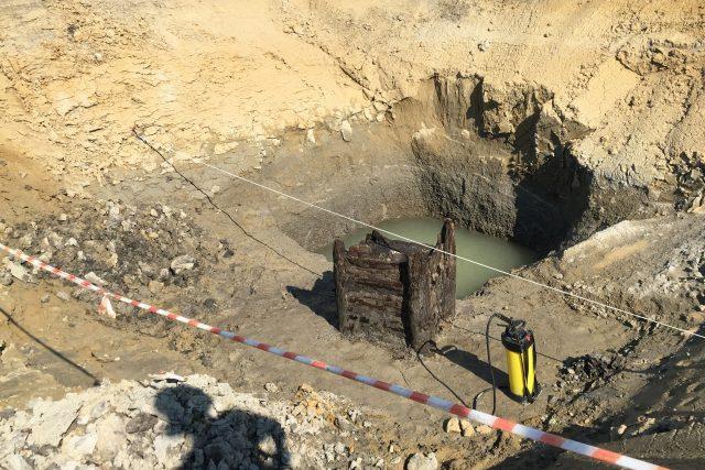 Dřevěná studna nalezená u Pardubic je nejstarší na světě