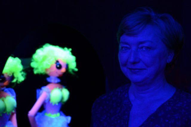 Simona Chalupová v expozici luminiscenčního divadla   foto: Ivana Krennerová