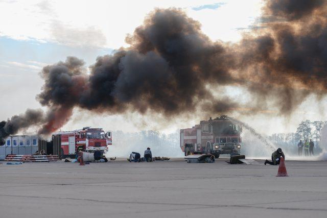 Cvičení, které simulovalo havárii dopravního letadla bylo přímo na letištní ploše v Pardubicích