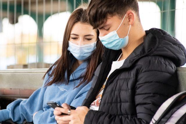 Mladý pár na nádraží v Pardubicích