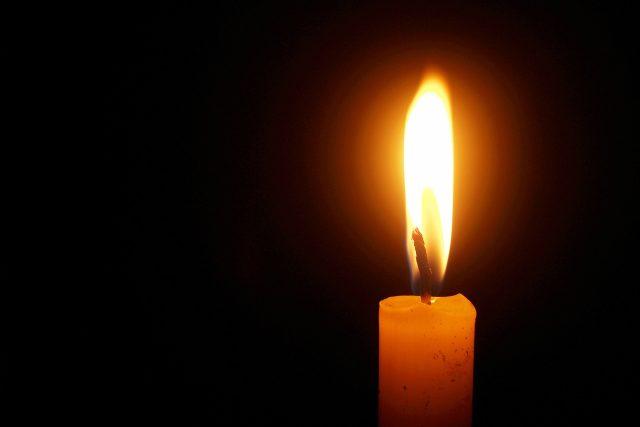 Věřící mají večer zapálit v oknech svíčky