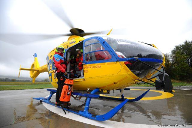 Pavel Horký s leteckou záchrannou službou Liberec   foto:  Jan Kostík,  archiv Pavla Horkého