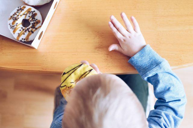 Malý chlapec jí sladkosti | foto: Profimedia