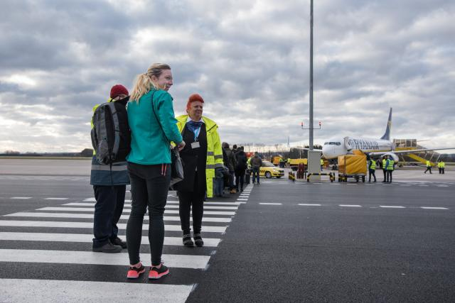 Cestující míří k letadlu na letišti v Pardubicích