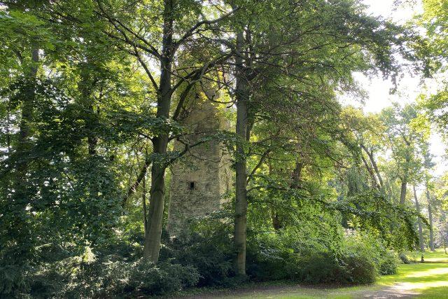 Bývalá strážní věž a pak vodárna v zámeckém parku působí tajemně | foto: Šárka Rusnáková,  Český rozhlas
