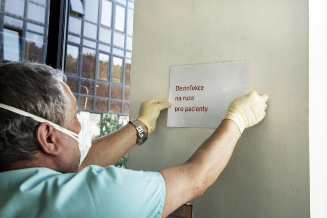 Po uvolnění vládních opatření by mohla přijít další vlna nakažených koronavirem (ilustrační foto)