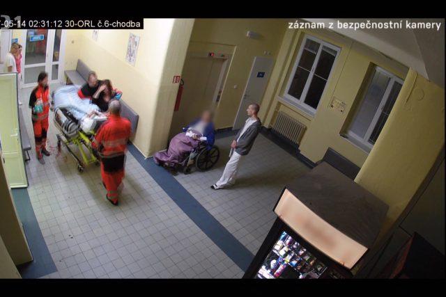 Záznam bezpečnostní kamery nemocnice v Pardubicích.