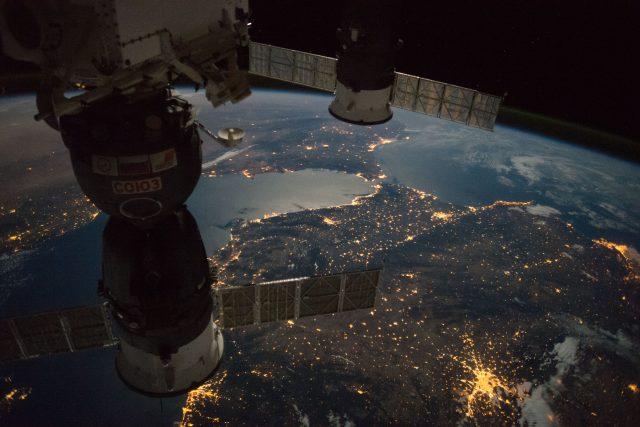 Pohled z Mezinárodní vesmírné stanice na noční Graltar  (srpen 2017)  | foto: NASA