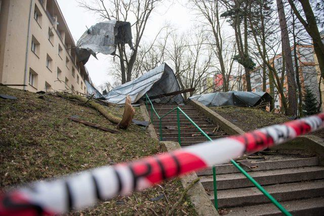 Silný vítr poničil střechu Domova mládeže v Havlíčkově ulici v České Lípě.