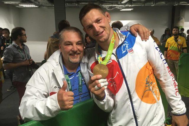 Lukáš Krpálek se zlatou olympijskou medailí spolu s reportérem Radiožurnálu Petrem Kadeřábkem