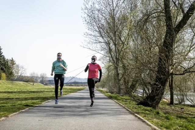 Lidé mohou sportovat maximálně ve dvojicích a v přírodě nemusí nosit roušku.