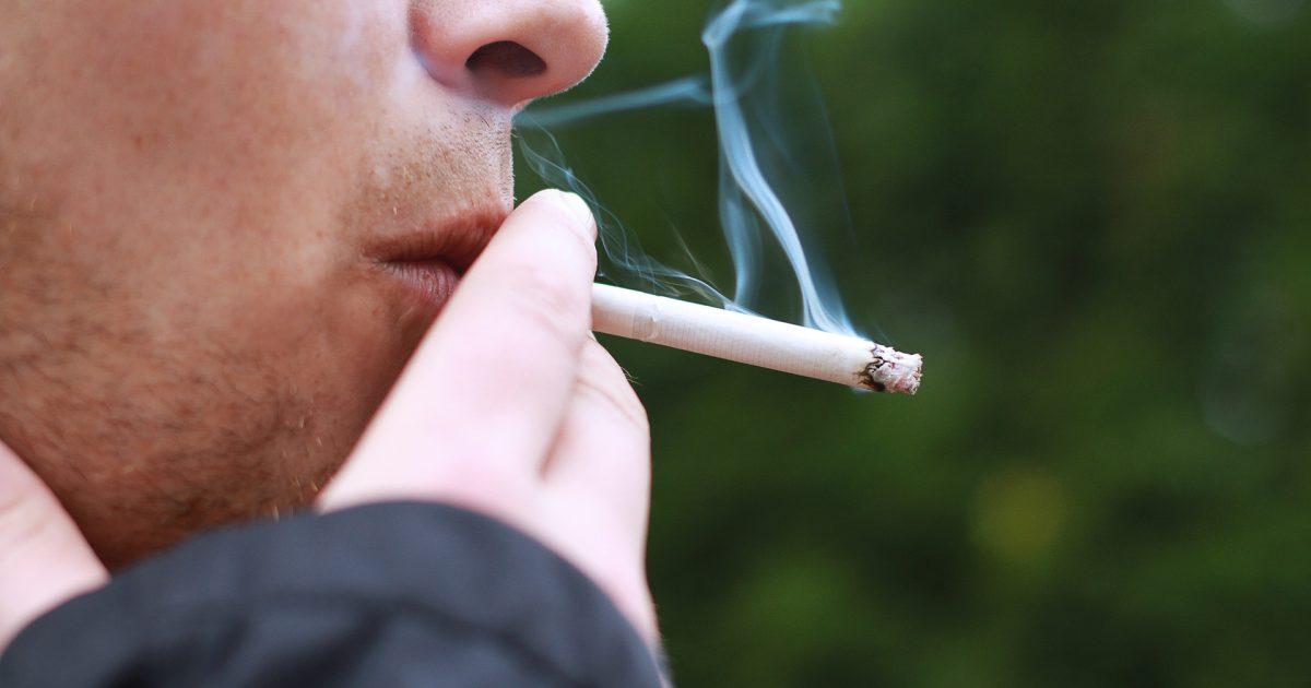 dívka dává její první kouření